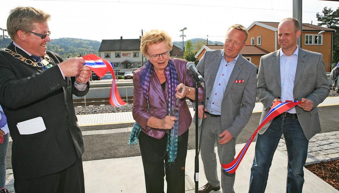 Daværende samferdselsminister Magnhild Meltveit Kleppa åpnet nye Nodeland stasjon med innfartsparkering i 2012. Foto: Bjørne Jortveit