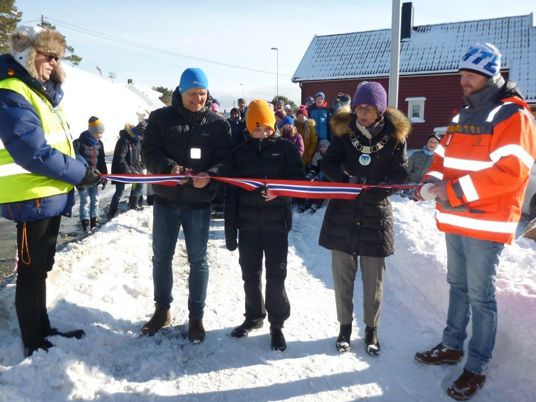 Ordfører Astrid Hilde og en elev på Langenes skole klippet snor i vinterlandskap. Foto: Bjørne Jortveit.