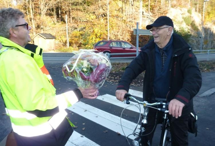 Kjell-Erik Olsen var første syklist til å teste sykkelveien med fortau. Han fikk blomster av fylkesordfører Terje Damman.